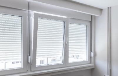 Fenêtre pvc trois vantaux blanche et volet roulant