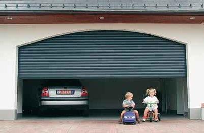 Porte de garage enroulable pour deux voitures