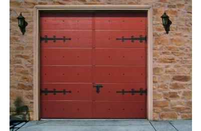 Porte de garage en bois rouge