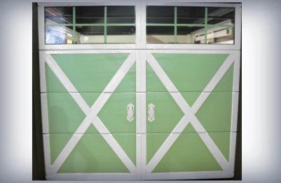 Porte de garage battante verte et blanche pour maison