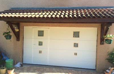 Porte de garage sectionnelle avec portillon intégré