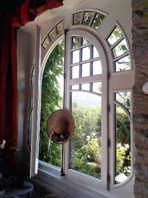 Fenêtre en bois blanche 2 vantaux cintrée