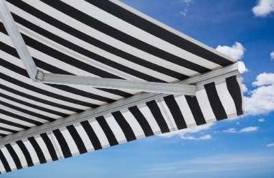 Store-banne balcon noir et blanc